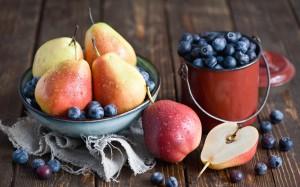grushi-tarelka-chernika-frukty